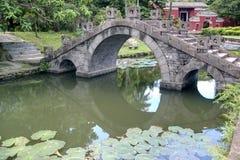 Bogenbrücke im Teich Lizenzfreie Stockfotos