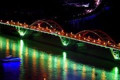 Bogenbrücke nachts Stockfoto