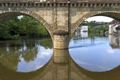 Bogenbrücke- und Stadtansicht von Argenton-sur-Creuse Lizenzfreies Stockfoto