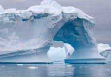 Bogenförmiger Eisberg Stockfotografie