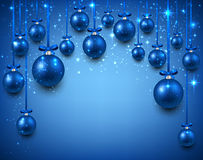 Bogenhintergrund mit blauen Weihnachtsbällen Stockfotografie