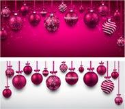 Bogenhintergrund mit magentaroten Weihnachtsbällen Stockfoto