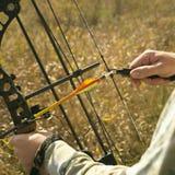 Bogenjägerhände auf Bogen Lizenzfreies Stockfoto