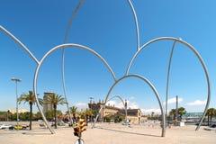 Bogenmetallskulptur in Barcelona Spanien Stockfotos