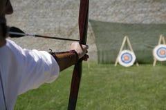 Bogenschütze, der einen langen Bogen schießt lizenzfreie stockfotos