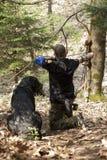Bogenschütze mit einem Hund Lizenzfreies Stockfoto
