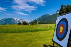 Bogenschießen im Freien in den Alpen Stockfotos