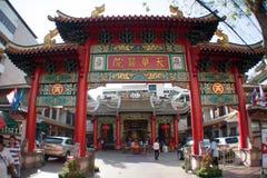 Bogenschießen-Kontrollturm vor chinesischem Tempel Stockbild