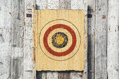 Bogenschießenziel auf einer hölzernen Wand Stockbilder