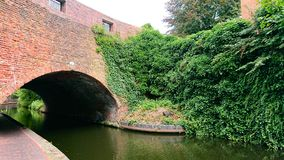 Bogenziegelsteinbrücke über Kanal lizenzfreie stockfotografie