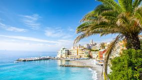 Bogliasco?? 博利亚斯科是一古老渔村在意大利,热那亚,利古里亚 地中海,沙滩和 免版税库存图片