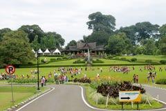 Bogor Indonesien - December 13: Massor av lokala studenter, ungar VI arkivfoton