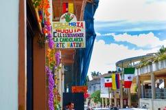 BOGOTÁ, COLÔMBIA 22 DE OUTUBRO DE 2017: Povos não identificados que andam na rua 11 com algumas bandeiras que penduram de uma con Fotografia de Stock