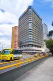 BOGOTÁ, COLÔMBIA - OUTUBRO, 11, 2017: Arquitetura da cidade de Bogotá, rua de Carrera 5 a 5a e a construção do BD Bacata em Bogot Fotografia de Stock Royalty Free