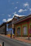 Bogotá, Colômbia - 1º de outubro de 2013: Rua típica de d touristy imagens de stock royalty free