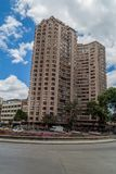 BOGOTÁ, COLOMBIA - 24 DE SEPTIEMBRE DE 2015: Bloque de apartamentos alto en Bogot fotos de archivo