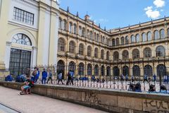 BOGOTÁ, COLOMBIA - 24 DE SEPTIEMBRE DE 2015: Universidad de St Bartholomew Colegio Mayor de San Bartolome en el centro de la ciud imagen de archivo