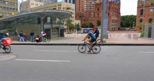 Bogotá en el patinador de domingo en la trayectoria de la bici almacen de video