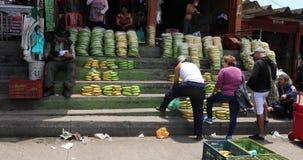 Bogotá que vende la tienda del plátano en el mercado general de Corabastos metrajes