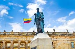 BOGOTA COLOMBIA - OKTOBER 22, 2017: Härlig statymonument av Simon de Bolivar på den Bolivar plazaen i Bogota, Colombia royaltyfri bild