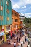 BOGOTA, COLOMBIA - 11 OTTOBRE, 2017: Bello punto di vista all'aperto della gente non identificata che cammina nelle vie di dowtow Fotografie Stock Libere da Diritti