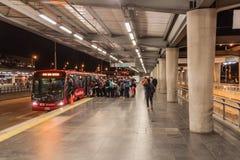 BOGOTA COLOMBIA - SEPTEMBER 24, 2015: Station av det Transmilenio busssystemet i Bogot fotografering för bildbyråer
