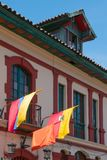 Bogota flaggor av Colombia i fasaden av en kolonial byggnad i den historiska mitten arkivbilder