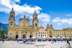 BOGOTA, KOLUMBIA PAŹDZIERNIK 22, 2017: Niezidentyfikowani ludzie chodzi w bolivarze obciosują kościół w pięknym niebieskim niebie Zdjęcia Stock