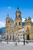 BOGOTA, KOLUMBIA PAŹDZIERNIK 22, 2017: Niezidentyfikowani ludzie chodzi w bolivarze obciosują kościół w pięknym niebieskim niebie Zdjęcie Royalty Free