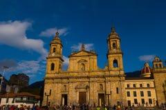 BOGOTA, KOLUMBIA PAŹDZIERNIK 22, 2017: Niezidentyfikowani ludzie chodzi w bolivarze obciosują kościół w pięknym niebieskim niebie Obraz Stock