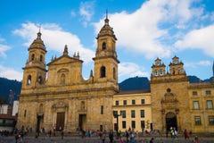 BOGOTA, KOLUMBIA PAŹDZIERNIK 22, 2017: Niezidentyfikowani ludzie chodzi w bolivarze obciosują kościół w pięknym niebieskim niebie Fotografia Royalty Free