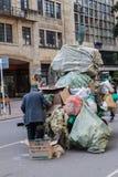 BOGOTA KOLUMBIA, WRZESIEŃ, - 24, 2015: Mężczyzna z furą śmieci w śródmieściu Bogot zdjęcie stock