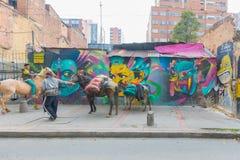 Bogota LaCandelaria mulor och hästar bär gods royaltyfri bild