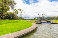 Bogota Simon Bolivar parkerar den konstgjorda vattenfallet royaltyfri bild