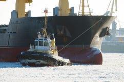 Bogsera en stor tankfartyg Royaltyfri Bild