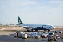 Bogsera flygplanflygbussen A330 - MSN 1123 (EI-EJG) av Alitalia, når att ha landat på flygplatsen i Abu D Royaltyfri Foto