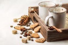 Bogsera koppen av cappuccino med kakor som hjärtor Arkivfoto
