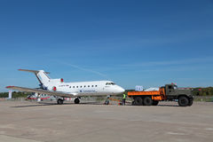 Bogsera trafikflygplanet Royaltyfri Foto