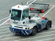 Bogserbåt för Heathrow flygplatsflygplan Royaltyfri Fotografi