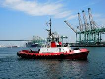 Bogserbåt i behållarehamn Royaltyfri Foto