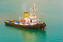 Bogserbåt i Piraeus, Grekland royaltyfria bilder