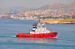 Bogserbåt i port av Piraeus, Grekland royaltyfri fotografi