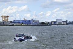 Bogserbåt i port av Rotterdam. Arkivfoton