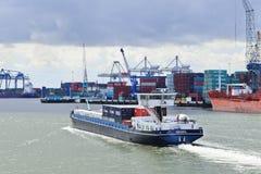 Bogserbåt i port av Rotterdam. Royaltyfria Bilder