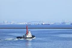 Bogserbåt i porten av Dalian, Kina Arkivbilder