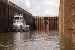 Bogserbåt inom ett lås Arkivbilder