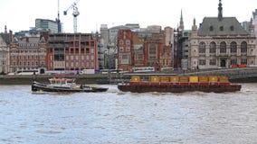 Bogserbåt med pråm Arkivfoto