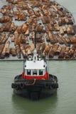 Bogserbåt och journalbang Arkivfoton
