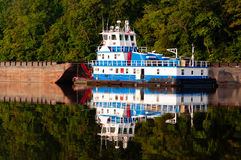 Bogserbåt på en flod Royaltyfri Fotografi