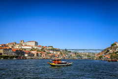 Bogserbåt på floden Douro i Porto Royaltyfri Foto